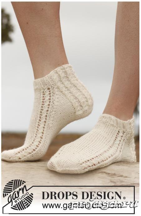 описание и схема вязания носков спицами с ажурными линиями вдоль