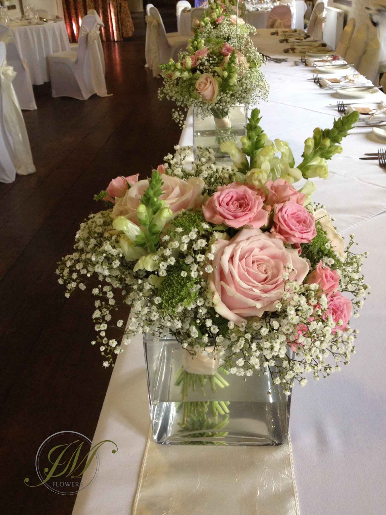 Top table flower displays little posies made of - Deco table rose et gris ...