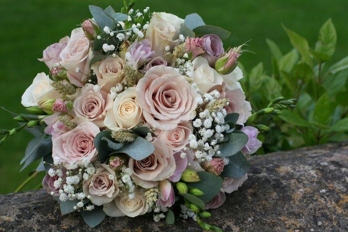 rosa Rosen und grüne Blätter kleine weiße Blumen Hochzeitsstrauß ...
