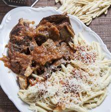 Κλασσικό και αξεπέραστο κρητικό φαγητό που συνδυάζει τα πλούσια ζυμαρικά και το κρουστό κρέας από το κατσίκι