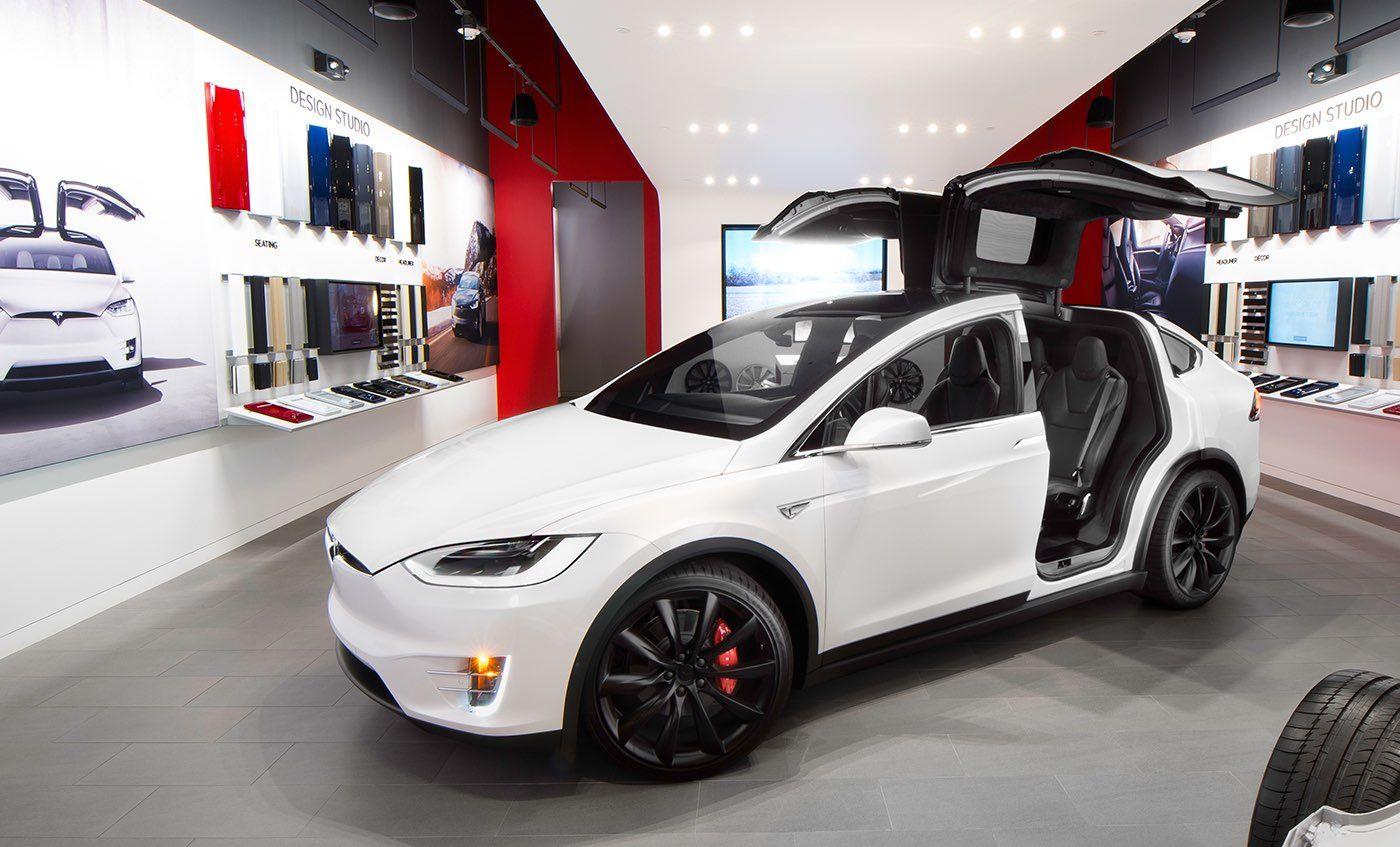 Elektryczny Samochód Typu Suv Z Futurystycznym Pazurem Tak To Właśnie Tesla Model X Prezentująca Swoje Drzwi Falcon Wings Te Tesla Model X Tesla Model Tesla