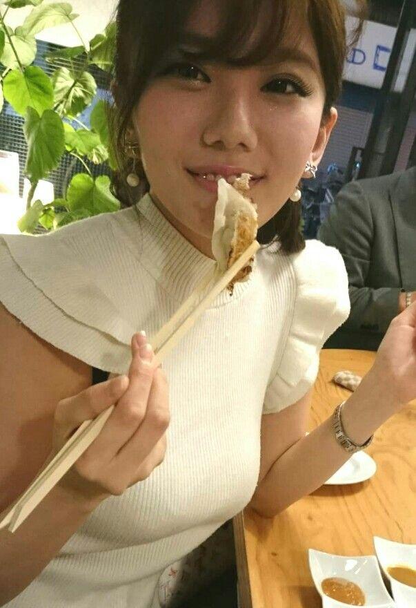 ギョーザを食べている伊東紗治子の画像です。