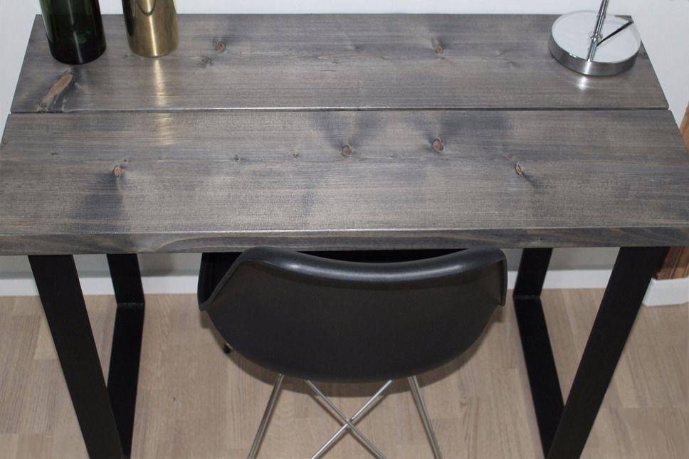 I får lige et skud hvor I kan se overfladen på ét af vores skriveborde.  Skrivebordet er lavet af to planker på 25 cm hver som er bejdset mørkegrå og efterfølgende matlakerede. Plankerne er monteret på vores sorte U-ben til smalle borde.  Bordets mål: 110x50x70 cm.  Har du en idé til et skrivebord vi skal lave til dig? :-) #depino #skrivebord #minimalism #håndværk #rustikt #nordiskstil #plankeborde #danskdesign #nordiskdesign #bolig #interior #plankebord #woodwork #wooddesign de…