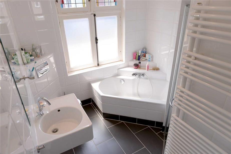 Kleine Badkamer Oplossing : Kleine badkamer met hoekbad future home ideas pinterest toilet