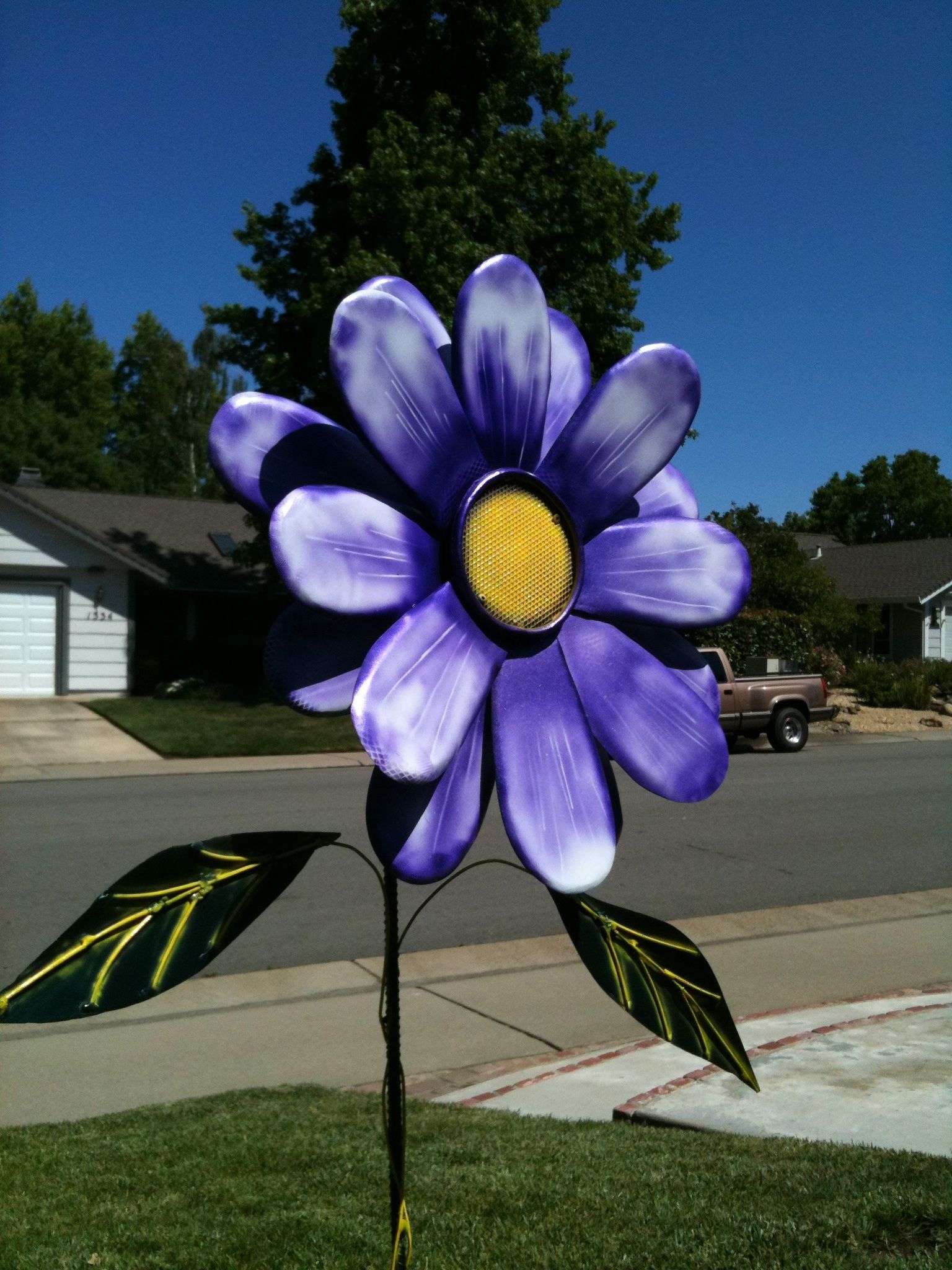 This Is A Daisy I Made Out Of 22 Gauge Sheet Metal I Airbrushed It With Automobile Paint And Then A Clear Coat Yard Art Car Painting Metal Art