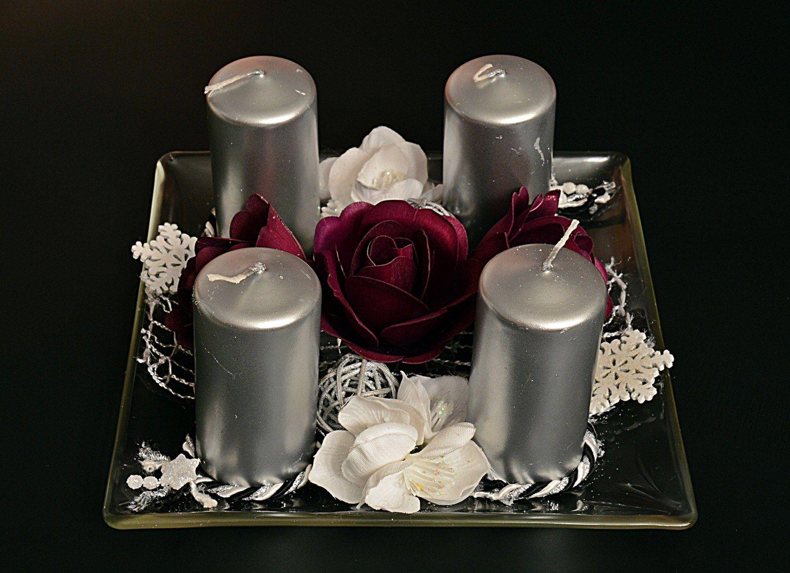elegance na skle Vánoční dekorace o velikosti 18 cm na skleněném podnose se stříbrnými svíčkami (v ceně) + s fialovými růžemi (dřevotříska) a ostatní vánoční přízdobou.