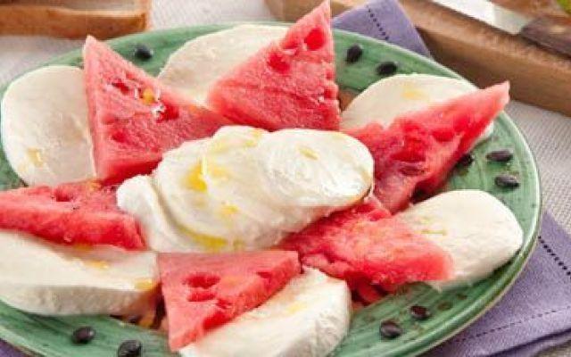 Prepariamo una caprese con mozzarella e anguria #caprese #mozzarella #anguria #ricetta