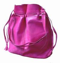 Pink lædertaske.