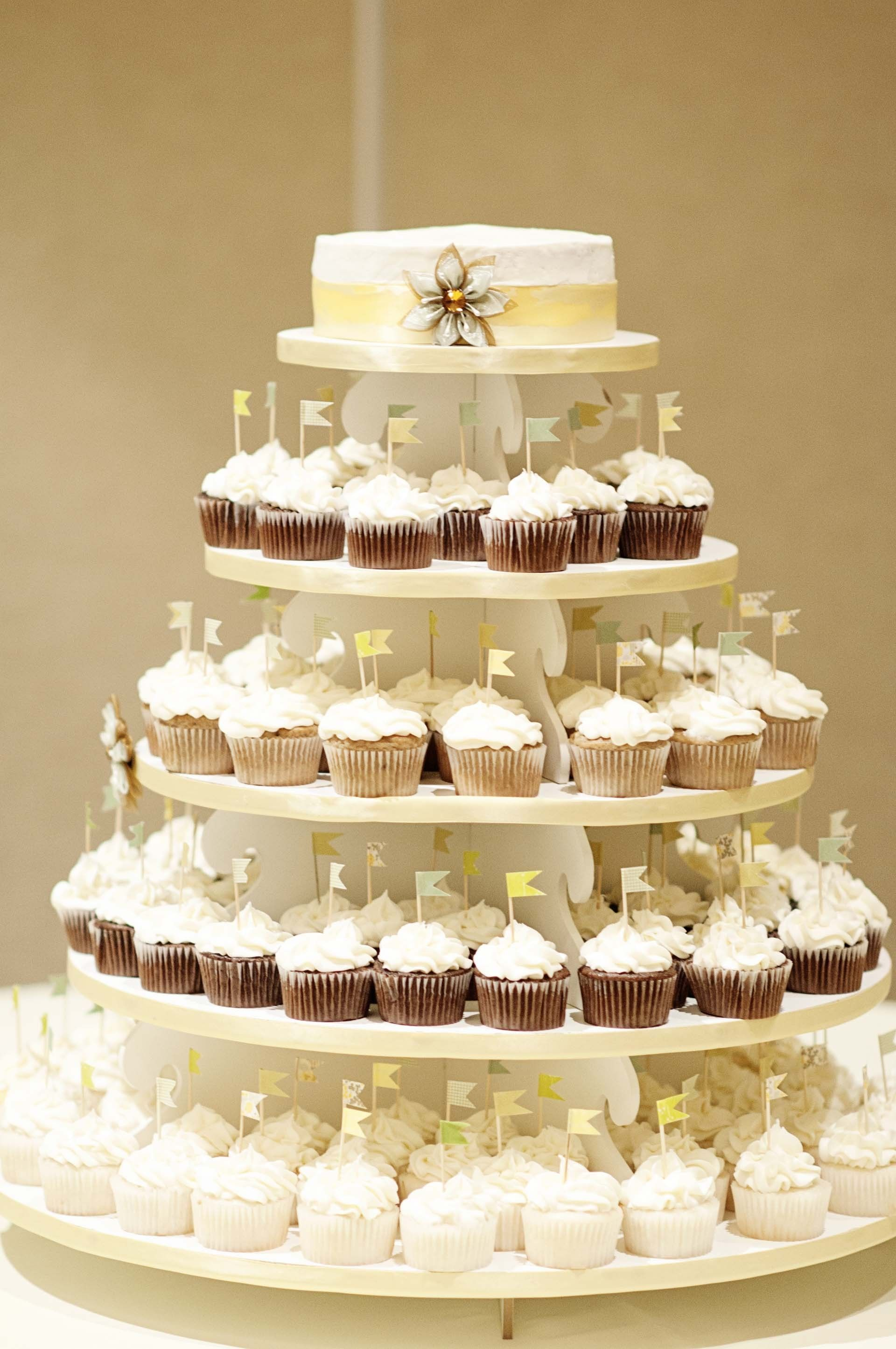 Love the hat topper on this Cupcake display! | http://brds.vu/rLJnZB ...
