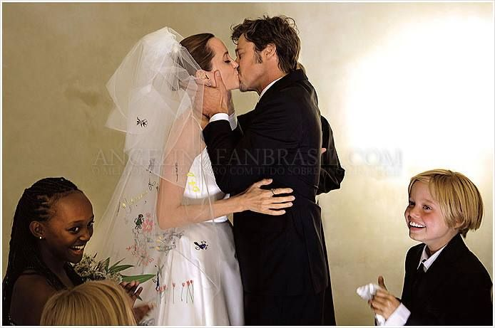 Pin By Maurine On People Angelina Jolie Wedding Brad And Angelina Brad And Angelina Wedding
