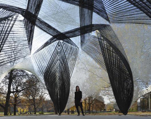 Pavilhão de Pesquisa ICD/ITKE / Universidade de Stuttgart, Faculdade de Arquitetura e Urbanismo - Stuttgart, Alemanha O Instituto de Design Computacional (CID) e o Instituto de Estruturas de Construção e Design Estrutural (ITKE) da Universidade de Stuttgart concluíram um pavilhão de pesquisa fabricado totalmente por robôs a partir de componentes de fibra de carbono e vidro.