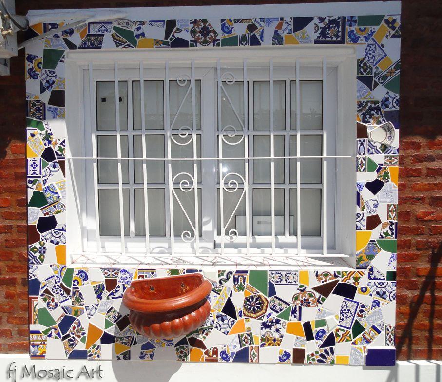 Marco de ventana realizado con la técnica del trencadis, en ...