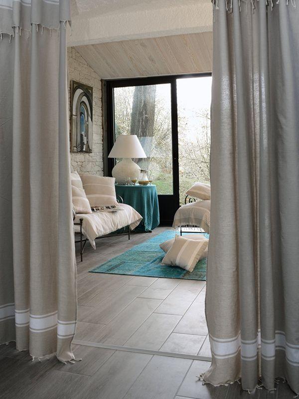 ide de dcoration pour un salon cosy avec des tonalits claires compos avec l - Idee Deco Rideau Salon