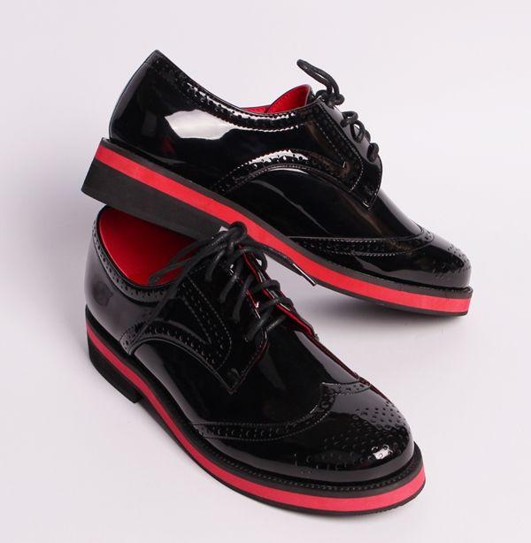 Ефектни и модни дамски обувки от черен лак. Обувките са с ефектна подметка в черно и червено. В задната част е с височина 3 см а в предната 1,5 см. Червената подплата от вътрешната страна им придава стил и красота. Обувките са с връзки. Бъдете в крак с модата.