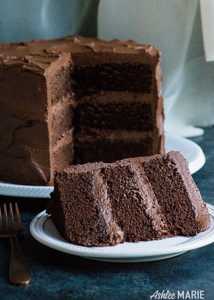 the perfect chocolate cake with an amazing chocolate ganache buttercream frosting - video tutorial #chocolatecake