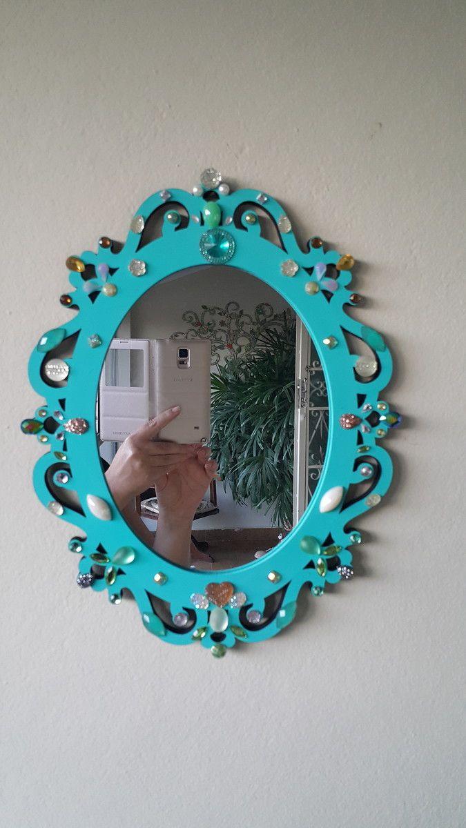 Espelho Veneziano com aplicações em cristais, peças, pedras, chatons entre outros. Ideal para observar o rosto. Muito decorativo.