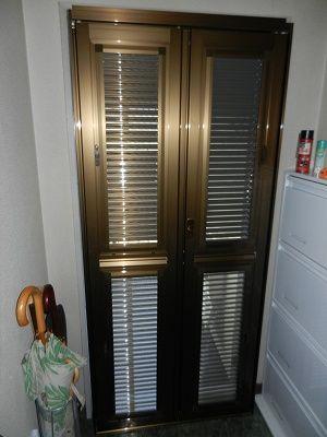 夏到来 玄関ルーバー網戸取りつけ マンションの内ドアー マンション 鍵がかかり 網戸が取り外しでき ルーバーの窓が取り外せてまる洗いができます 防犯もしっかりできていてつぶさない限り入れません 玄関 ルーバー 玄関網戸 マンション 網戸