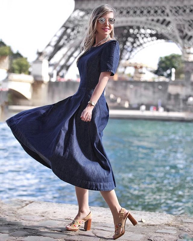 Look romântico para combinar com a cidade! Vestido divino @dtajeans. 💙 Super amei esse midi! . @fabianamaruno 📸 . . . . #CarolGaia #streetstyle #parisfashionweek2016 #pfw #trip #style #semanadamoda #torreeiffel #paris #franca #moda