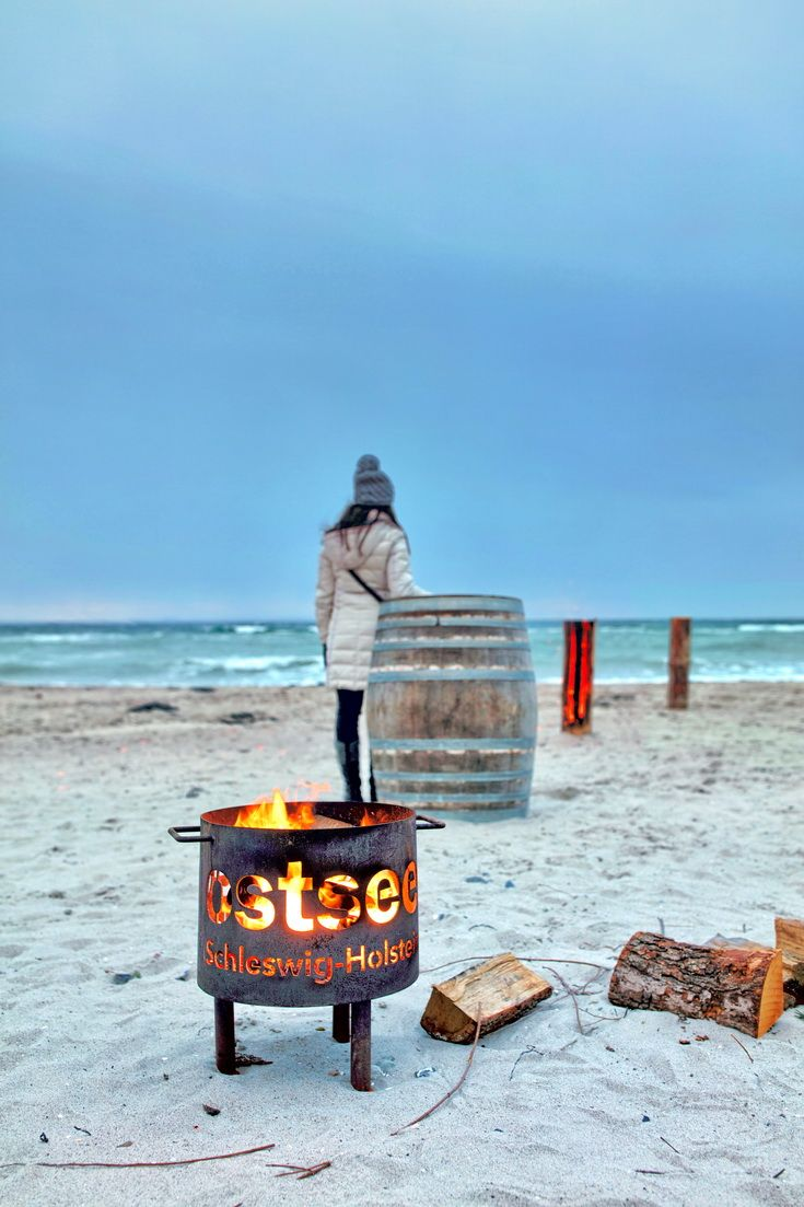 Feuerkorb am Strand an der Ostsee, Niendorf im Winter