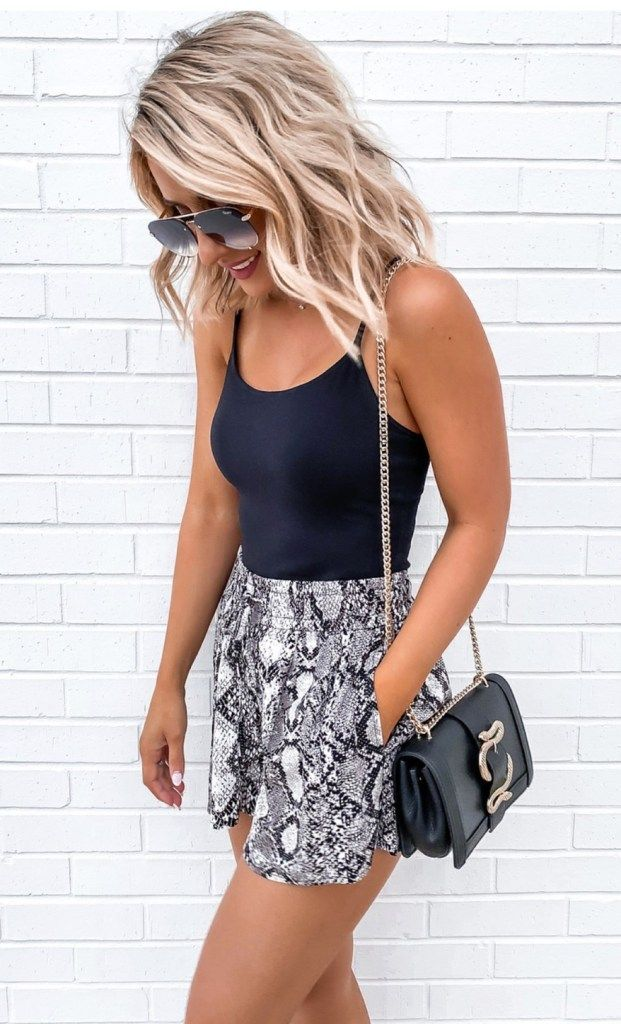 OMG. The cutest outfits for woman to wear this summer! Trendy summer shorts, casual summer outfits, chic outfits for woman and so much more! Summer fashion 2020