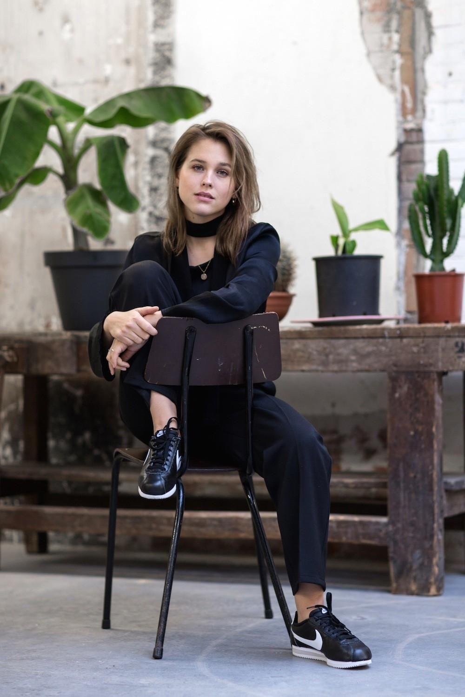De zwarte Nike Cortez verleent zich goed voor een all-black outfit
