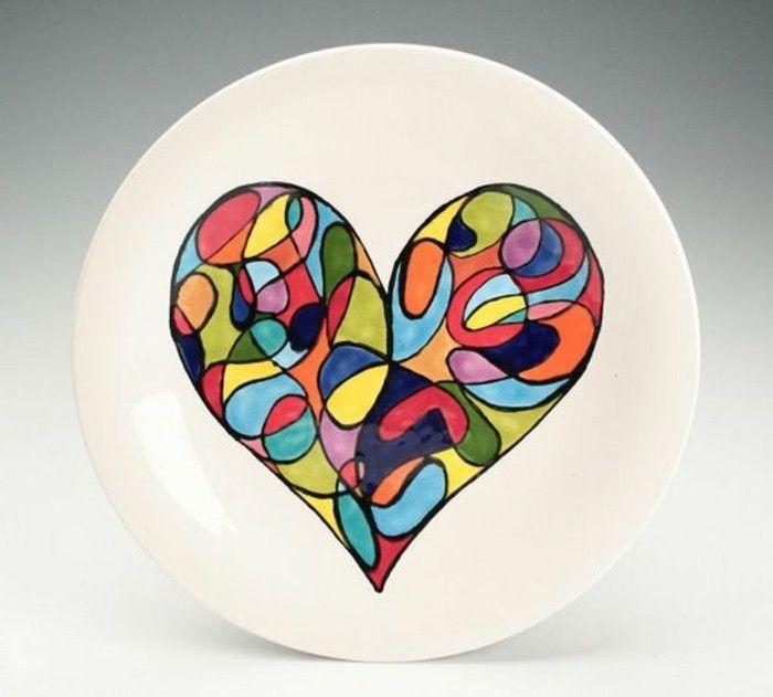 Geschirr-bemalen-mit-einem-bunten-Herz