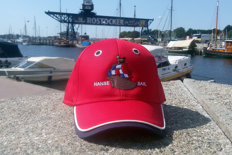 Kinderbasecap in knalligem Rot mit Schiffmotiv #hansesail #style #fan #segeln #maritim #merchandise #trend #fashion #accessoires #shirt #cap #sail #sailing #rostock