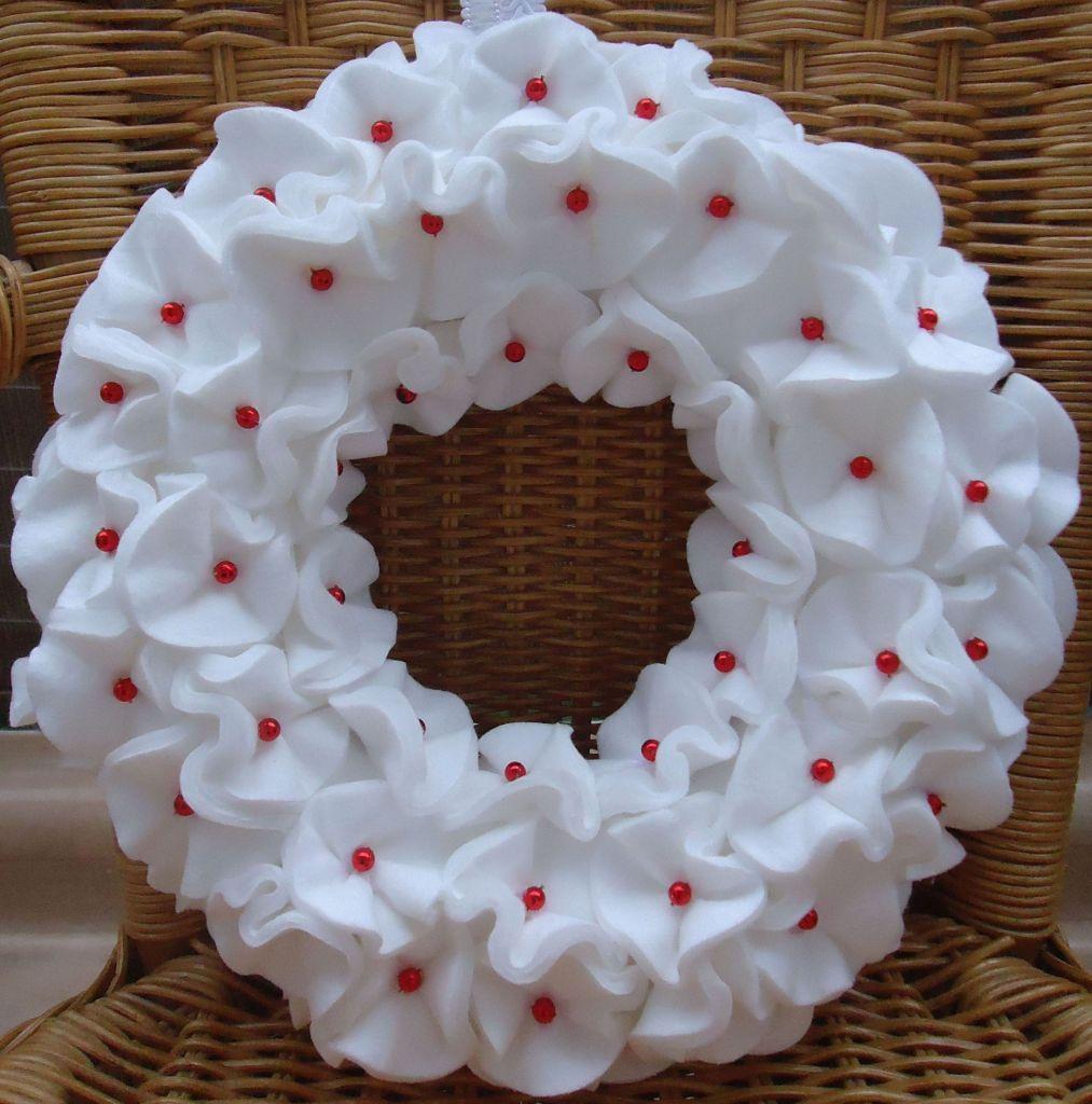 cotton pad wreath kranz basteln aus wattepads diy by saga christmas weihnachten diy. Black Bedroom Furniture Sets. Home Design Ideas
