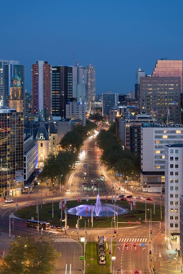 De Coolsingel in Rotterdam niet ver van de Lijnbaan en de