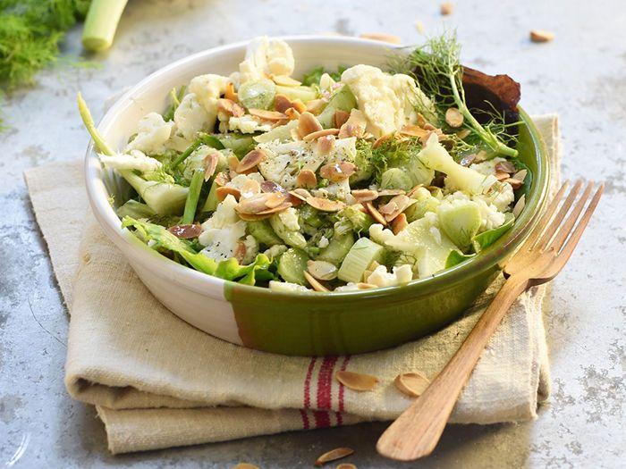 Découvrez la recette Salade croquante au fenouil, chou-fleur et amandes sur cuisineactuelle.fr.