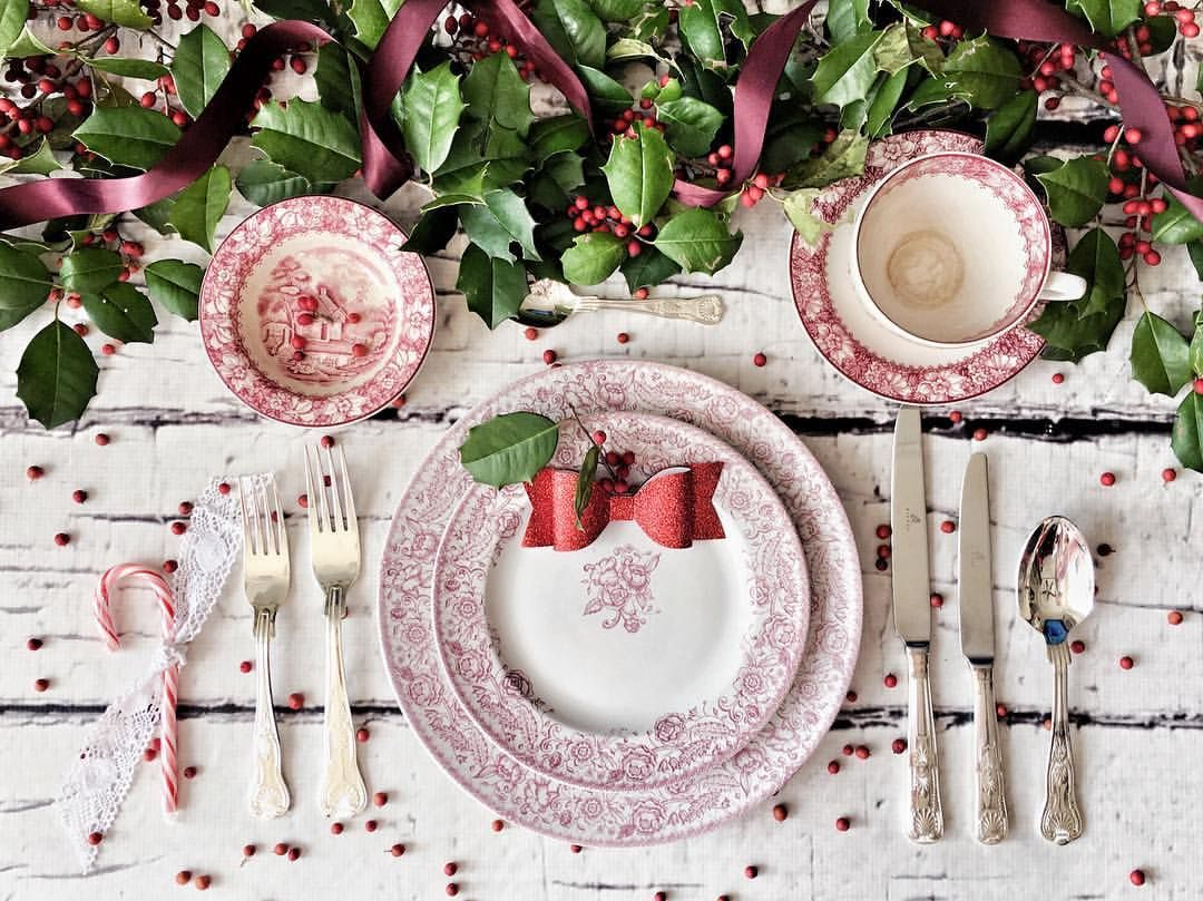 Red and pink transferware Christmas table setting with natural holly and berries table runner | #flatlay #Christmas #ChristmasTable #ChristmasDecor #Tea #Teatime #Dinner #Tablesetting #TableScape #Holly #Festive #ChristmasGoals #ShabbyChic #ShabbyChicChristmas #ShabbyChicDecor #ShabbyChicHouse #HouseGoals #HomeDecor