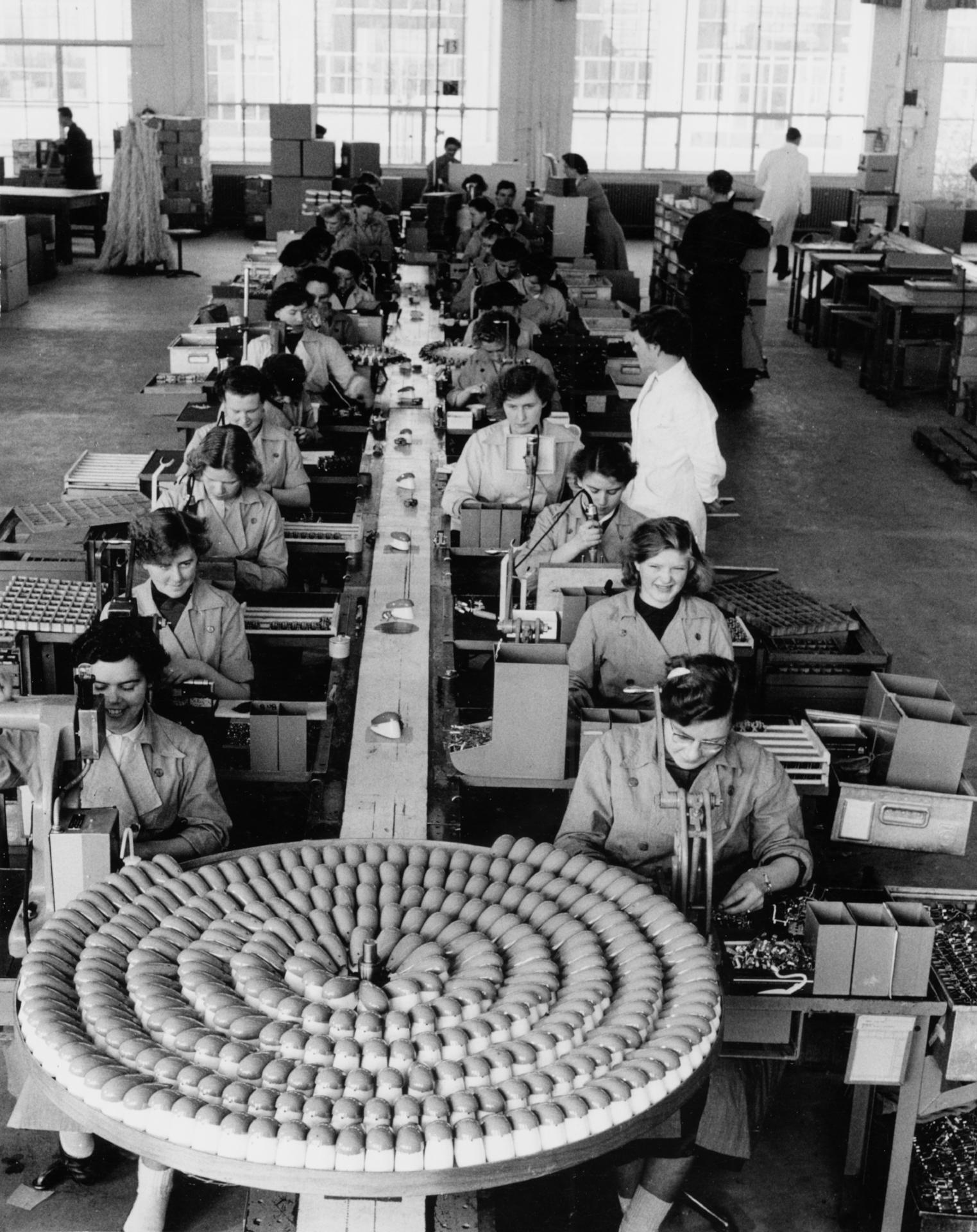 Fabricage scheerapparaten, Drachten, 1950 | 75 years of ...