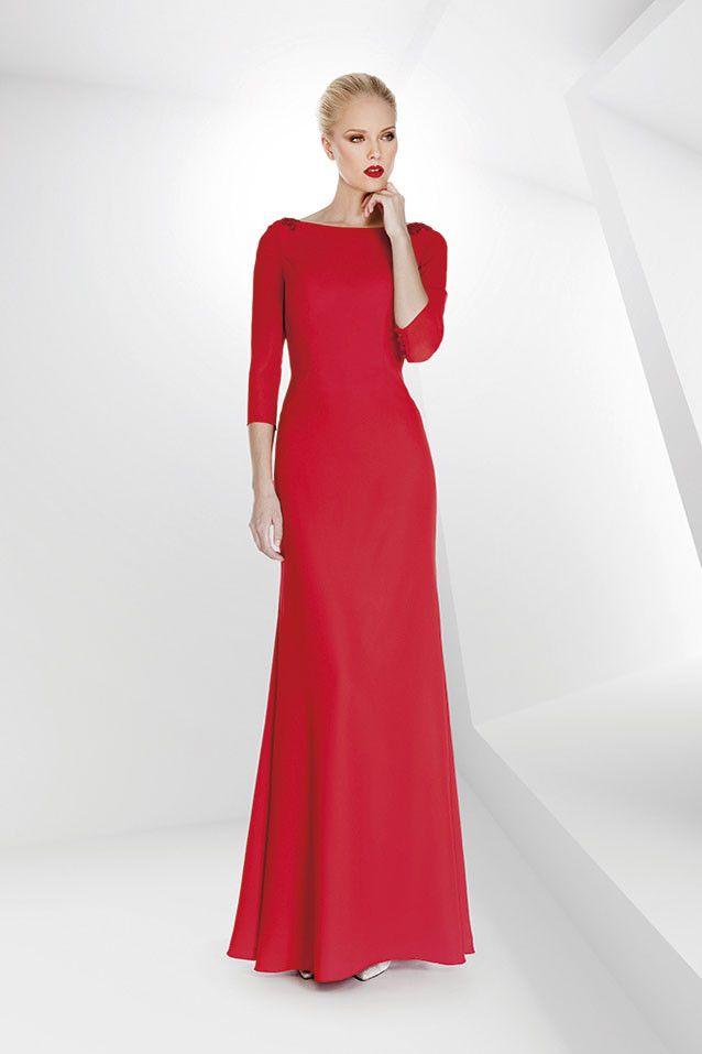 0533c05d7e Vestido largo de madrina en gasa con detalles de flores en hombros y manga  francesa en color rojo