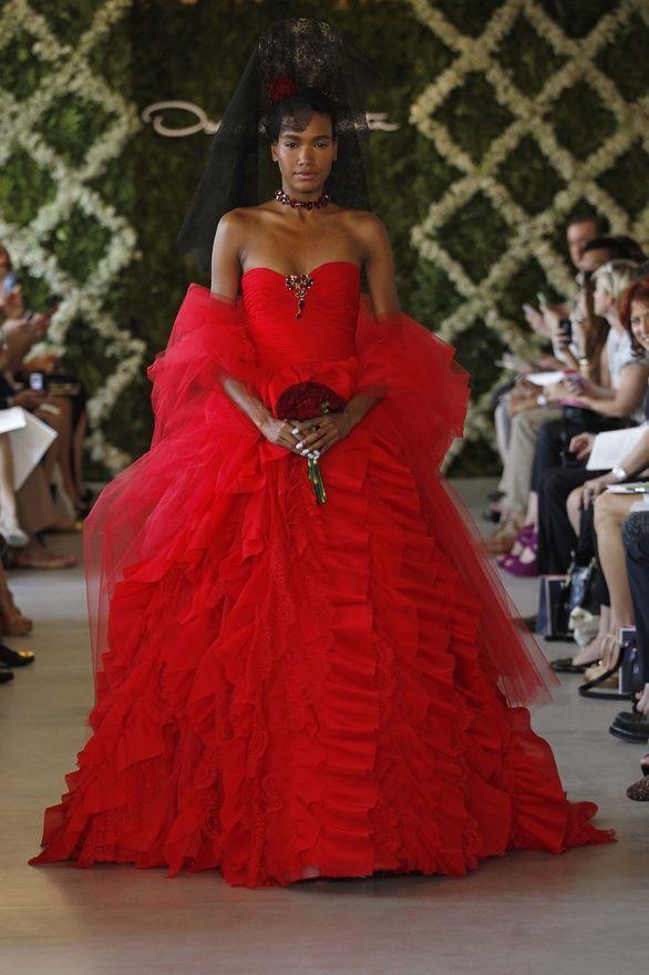 Al igual que otros diseñadores de vestidos de novia famosos por su innovación en la moda nupcial, Oscar de la Renta le pone el sello a esta nueva colección y ofrece vestidos en la gama de los pasteles, estampados floreados e incluso se anima a un vestido de novia color rojo pasión.
