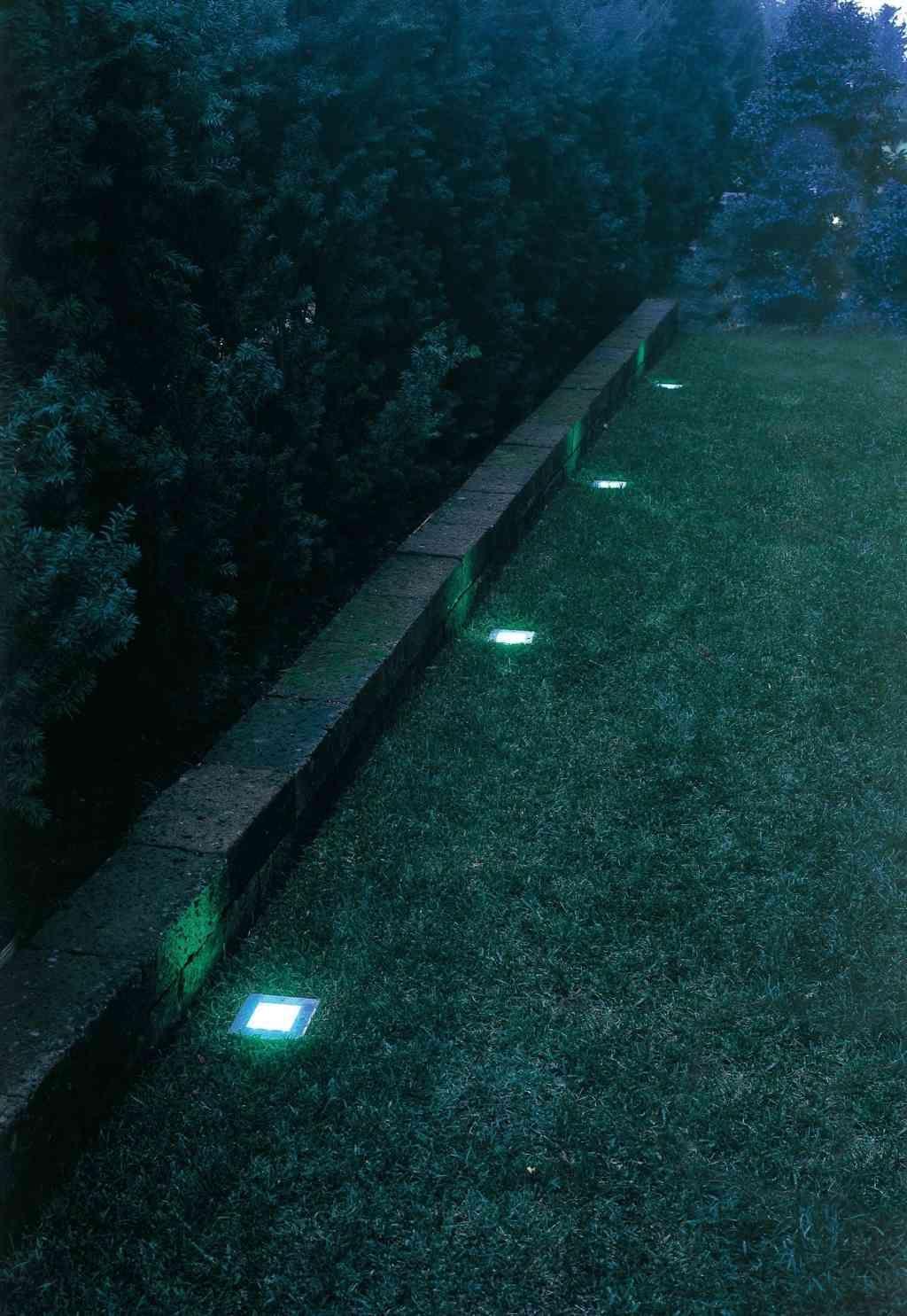 il muretto di un giardino illuminato con faretti led a