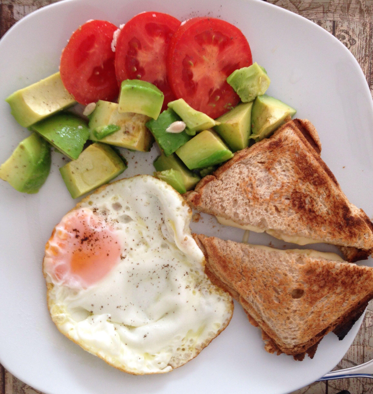 Almuerzo : tomates + palta + huevo + mini sanwich de queso