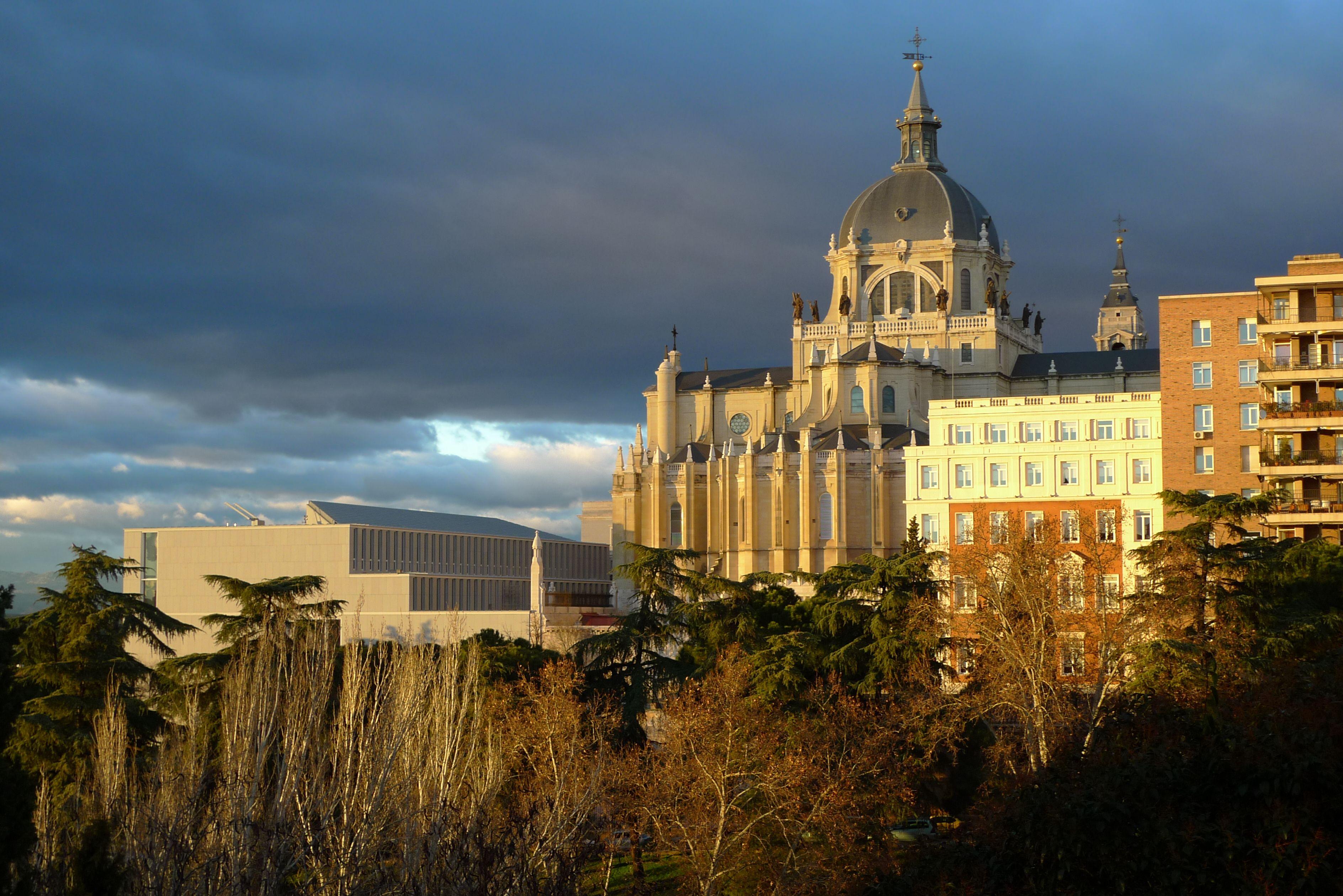 Atardecer en Madrid. La Catedral de la Almudena y el Museo de Colecciones Reales
