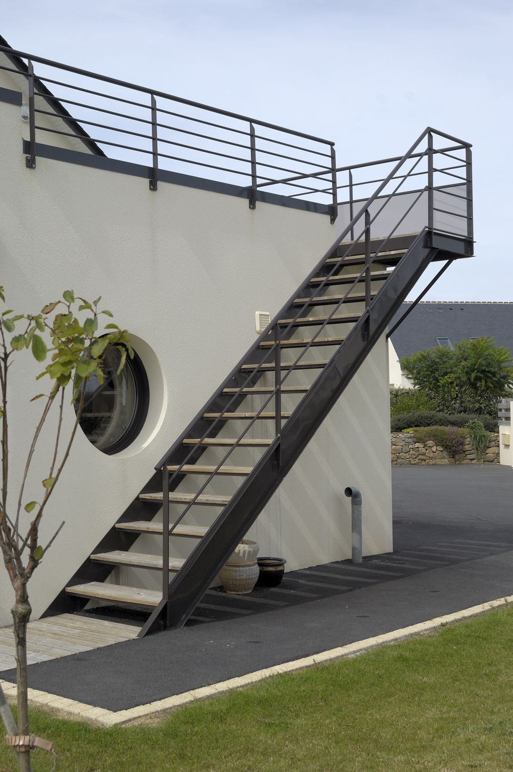 Photo montrant l 39 escalier ext rieur qui am ne au premier for Exterieur oreilles qui grattent