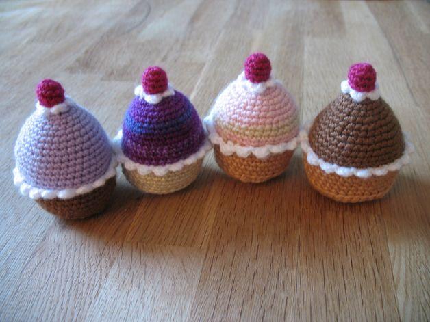*gehäkelte Mini Cupcakes/Muffins nach ihrem Farbwunsch*  Hier können sie sich 4 Mini Cupcakes/Muffins nach ihren Farbwünschen fertigen lassen.  Sie sind aus weicher Babywolle in einem Stück...