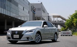 Toyota Crown, solamente disponible en Japón.