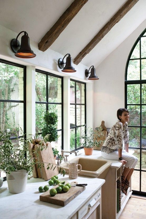 Style Of Windows In Kitchen Steel Frame Black Gooseneck Sconce Above Window Sink Love The Overall Laid Back Vibe Of This Kit Interior Boligindretning Hjem