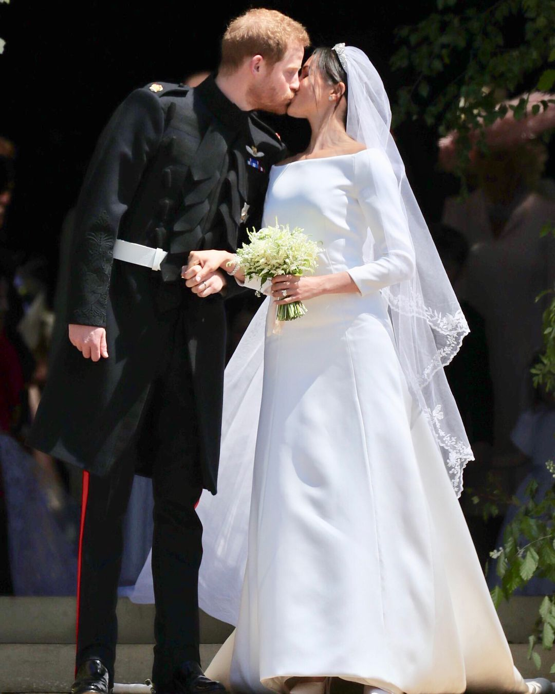 Congratulations To The Duke Duchess Of Sussex Harry And Meghan Emerged On The West Steps Of St George S Chap Konigliche Hochzeit Royale Hochzeiten Braut