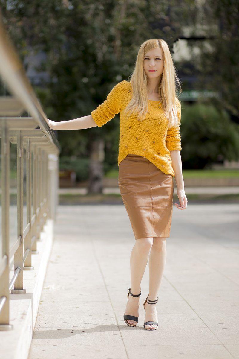 08e9393d4 Suéter color mostaza y falda efecto piel color camel de Stradivarius ...
