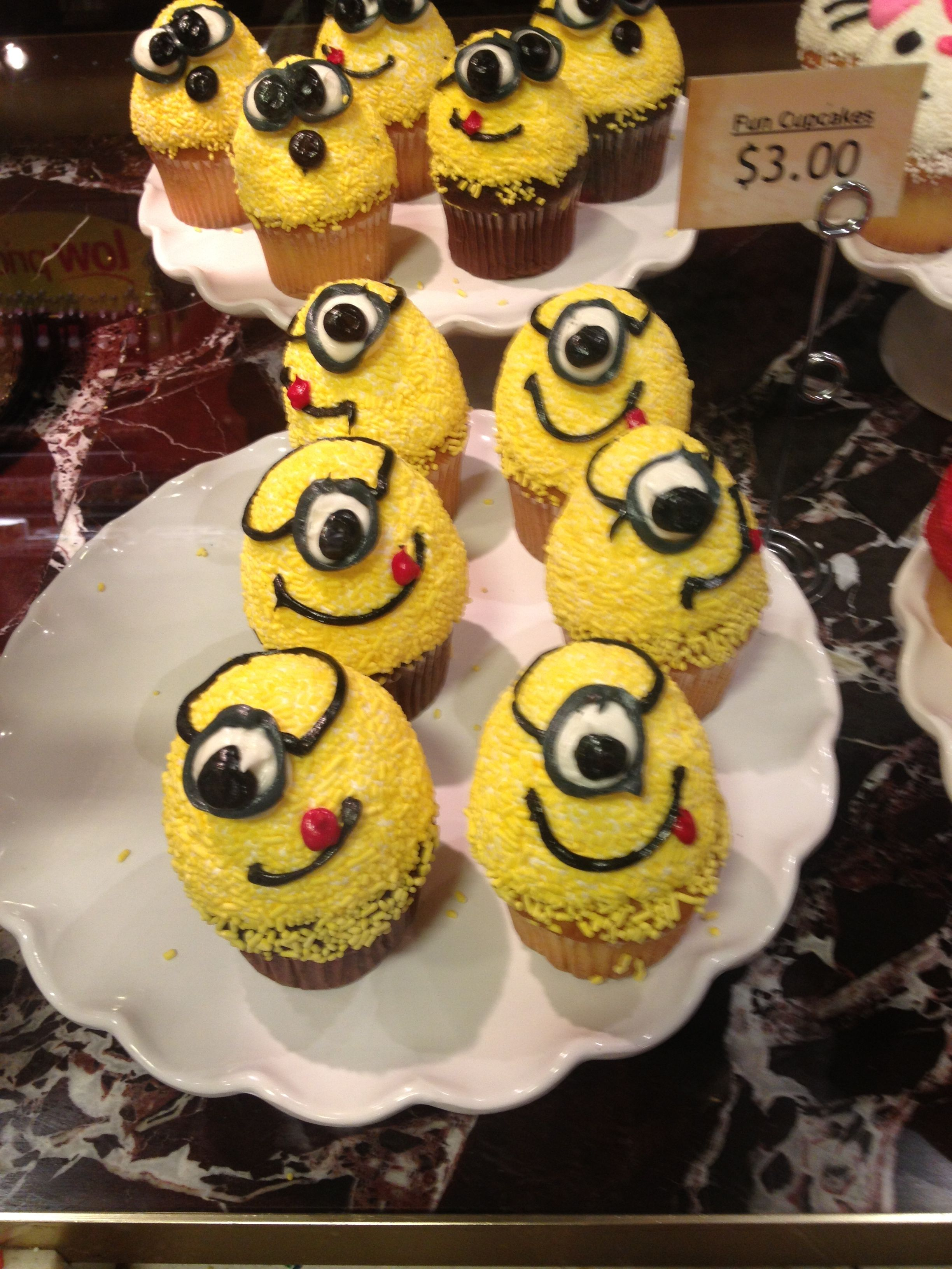 Minion cupcakes, adorable