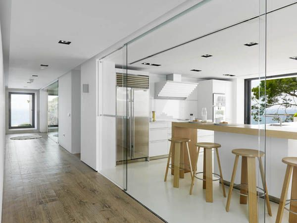 A wood cladded dream house in almunecar cocinas white for Casa minimalista granada