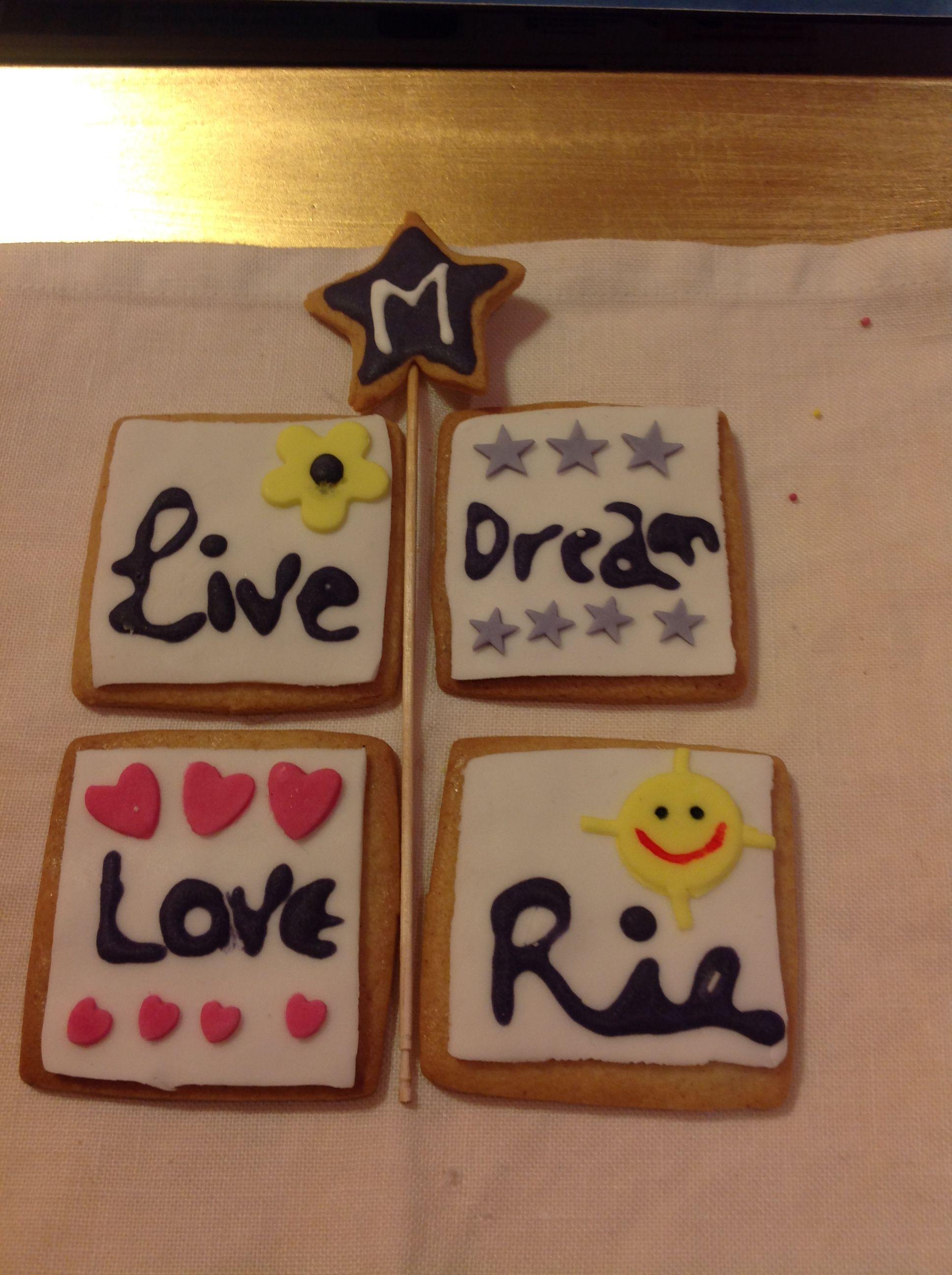 Galletas decoradas con mensajes positivos