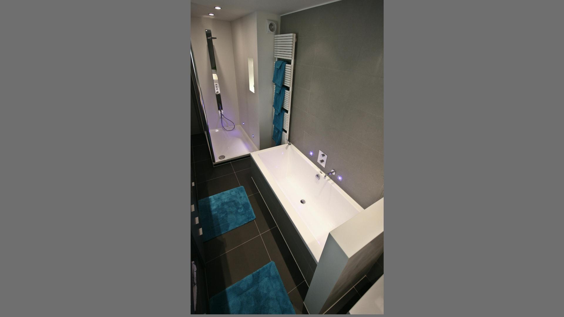 badkamer met posiet en verlichtingselementen crivani home