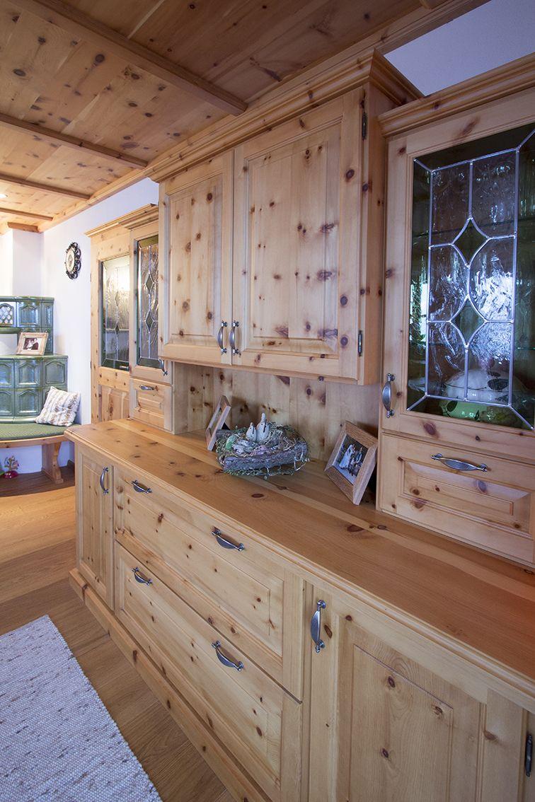 Wohnzimmerverbau aus Zirbenholz. Traditioneller Landhaus Stil