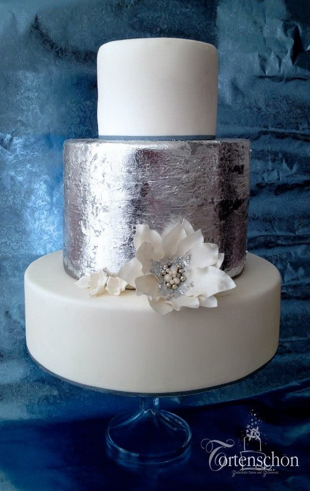 Zauberhafte Hochzeitstorte Von Tortenschon Im Boho Chic Mit Essbarem Blattsilber Und Grosser Fondantblute