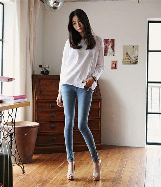 Телочка в джинсах в обтяжку секси